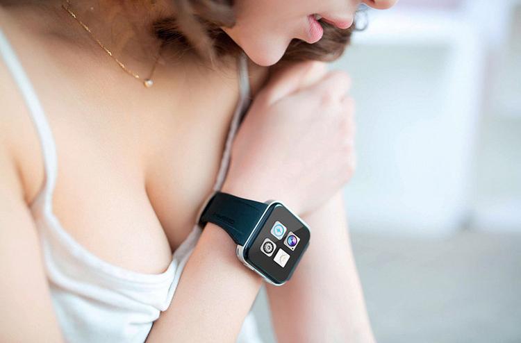"""bộ sưu tập """"Người đẹp cùng smartwatch"""". Bộ ảnh là những hình ảnh vô cùng sexy của người mẫu tuyệt đẹp cùng với chiếc đồng hồ thông minh trên tay."""