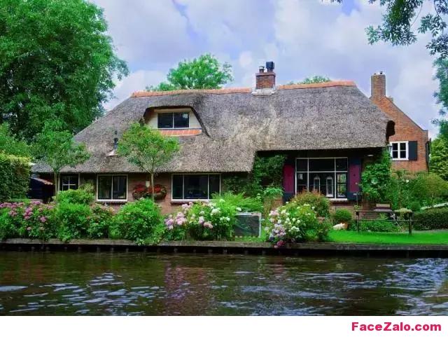 Image result for Cổ tích giữa đời thực: Thị trấn tuyệt đẹp 700 năm không sửa đường, không mua ô tô, đến nhà hàng xóm phải chèo thuyền